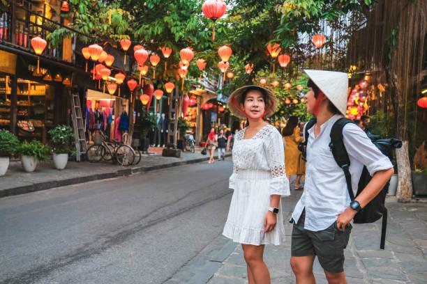 베트남 호이안 거리에서 여행 커플 - 호이안 뉴스 사진 이미지