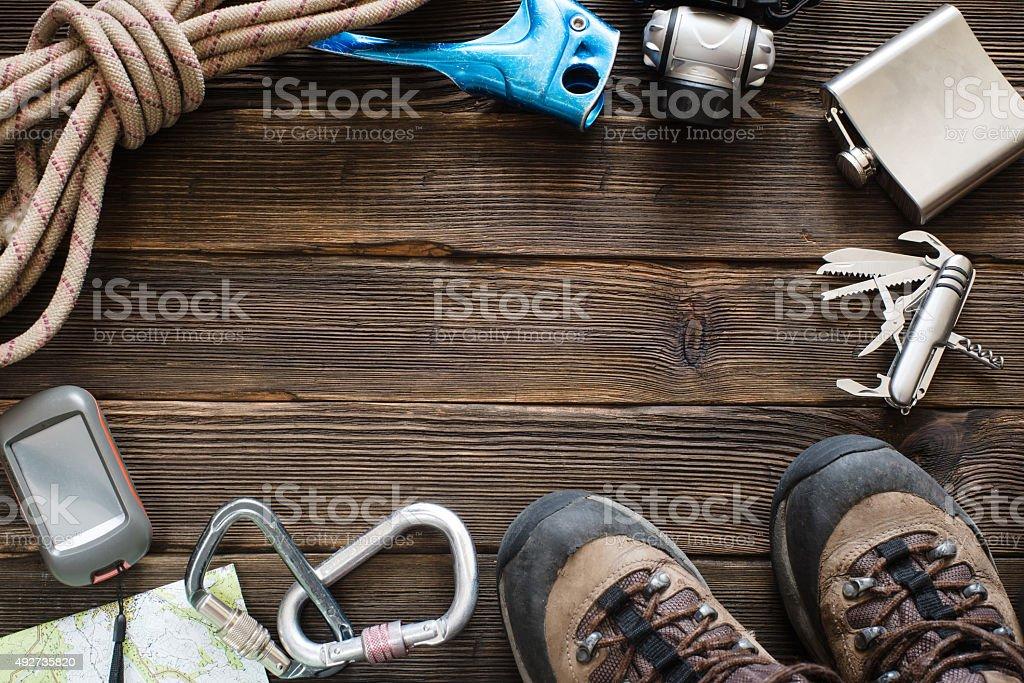 Les équipements pour excursion en montagne sur le parquet. Vue du haut - Photo