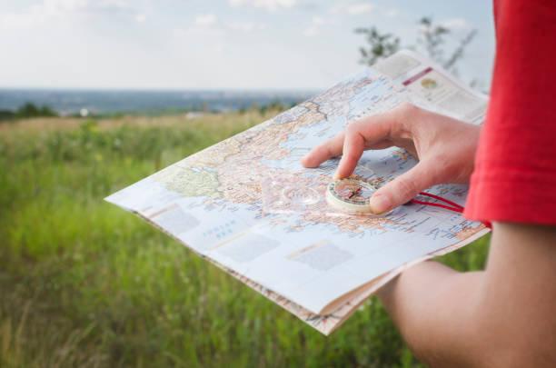 reiseführer, tourismus in europa. - kompass wanderkarte stock-fotos und bilder
