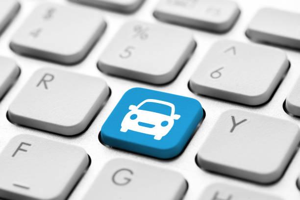 Reisesymbol auf Computertastatur für Online-Buchungskonzept – Foto