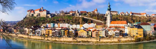 reisen in deutschland (bayern)-schöne mittelalterliche stadt burghausen mit der längsten burg europas. - burghausen stock-fotos und bilder