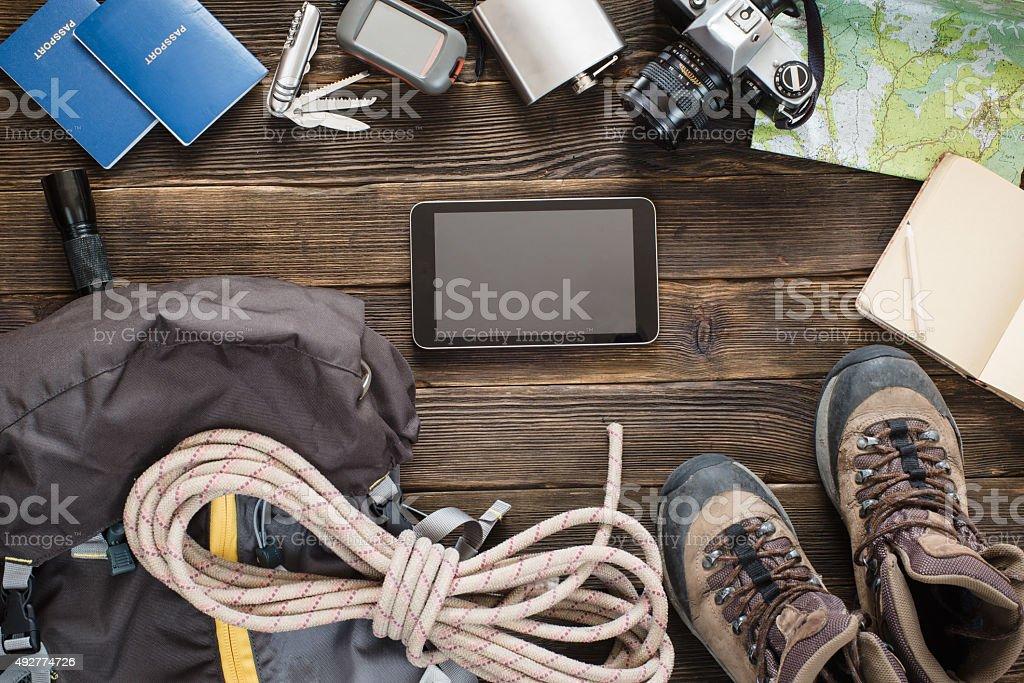 Articles de voyage de sac à dos sur le sol pour excursion en montagne - Photo