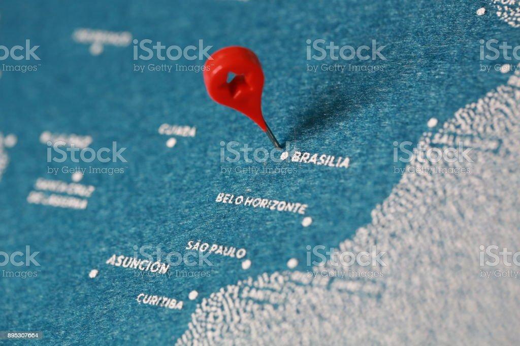 viajes derretimiento pintado mapa con pin, América del sur - foto de stock