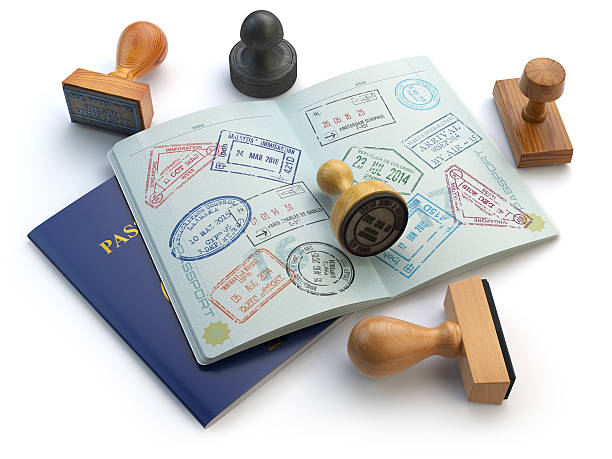 Viaje o turismo concepto. Abierto pasaporte con visa estampillas - foto de stock