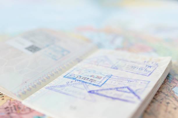 Concepto de plan de viaje y se prepara para viajar, pasaporte, dinero, teléfono en el fondo de mapa del mundo (enfoque selectivo) - foto de stock