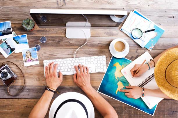 reiseplanung auf computer - tastatur bilder stock-fotos und bilder