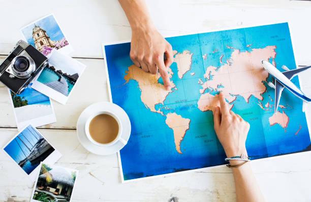 reiseplanung auf karte - tastatur bilder stock-fotos und bilder