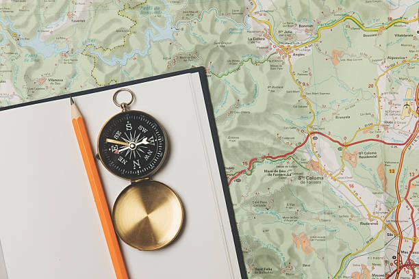reise-planung  - kompass wanderkarte stock-fotos und bilder