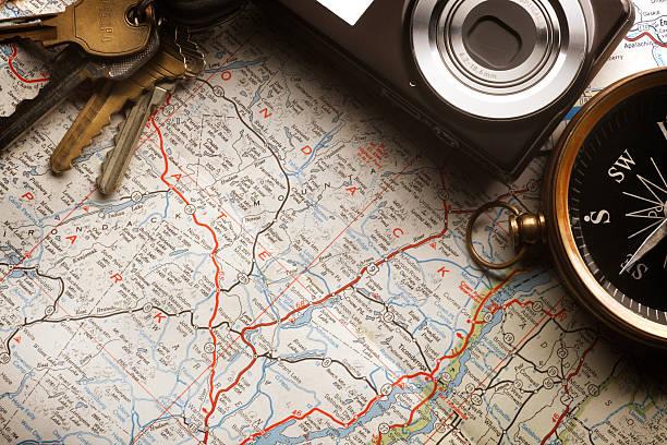 reisepläne - kompass wanderkarte stock-fotos und bilder