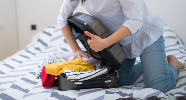 die vorbereitung - gepäck verpackung stock-fotos und bilder