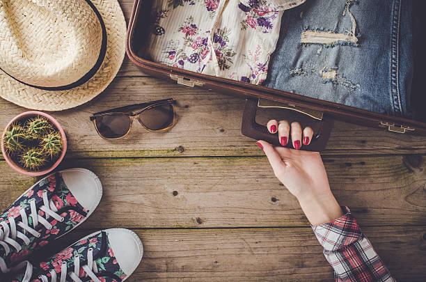 Viagens preparações na mesa de madeira - fotografia de stock