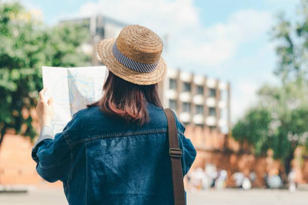 Reisen Sie auf der Lagekarte auf der Lagekarte, während Sie im Sommer ins Ausland reisen. – Foto