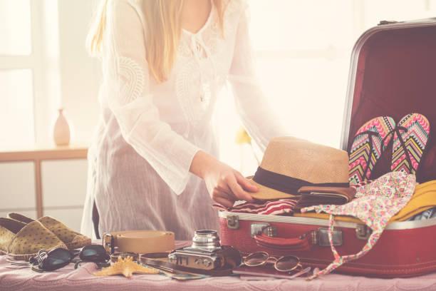 koffer ständig reisekonzept - gepäck verpackung stock-fotos und bilder