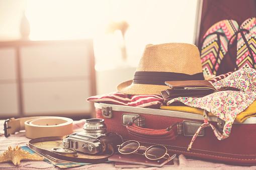 Travel Suitcase Prepareing Concept - Fotografie stock e altre immagini di Abbigliamento