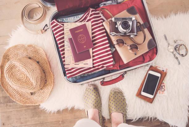 reisekonzept koffer vorbereiten - gepäck verpackung stock-fotos und bilder