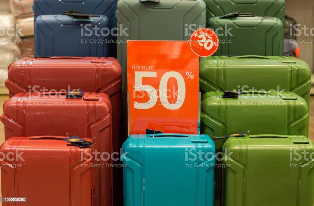 ac7627e91 Descuento de viaje bolsas de equipaje maletas de diferentes tamaños y  colores. Concepto de venta