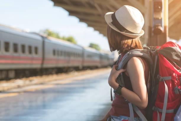 reisen sie thailand. junge frau, die warten auf eines zugs für ihre reise - bahn reisen stock-fotos und bilder