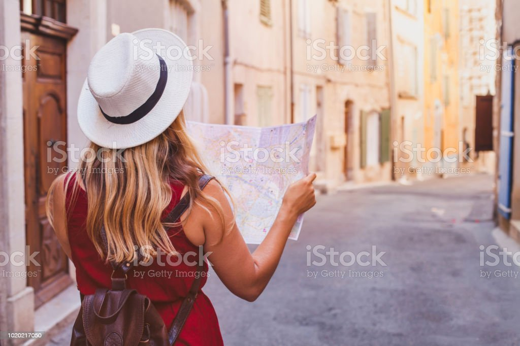 travel to Europe, tourist looking at map on the street, summer holidays foto stock royalty-free