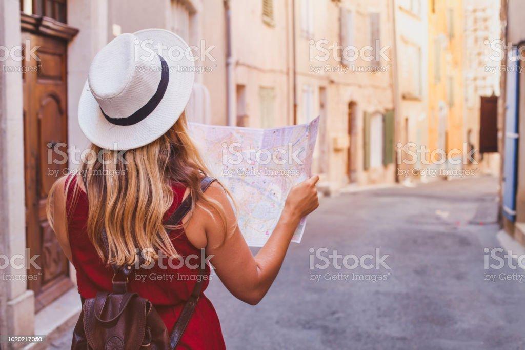 旅行到歐洲, 遊客看地圖在街道上, 暑假 - 免版稅一個人圖庫照片
