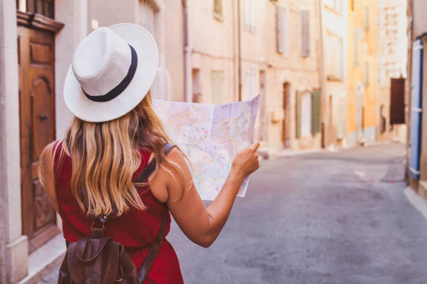 travel to Europe, tourist looking at map on the street, summer holidays - foto stock