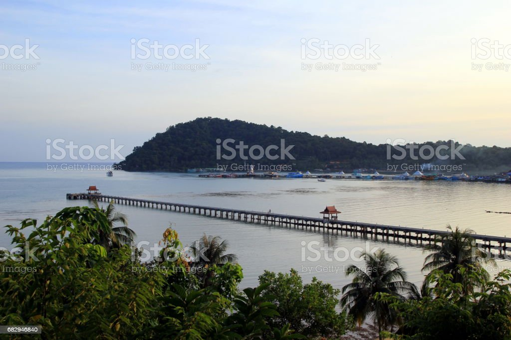Travel to island Koh Chang, Thailand. The view on the sunset beach. foto de stock libre de derechos