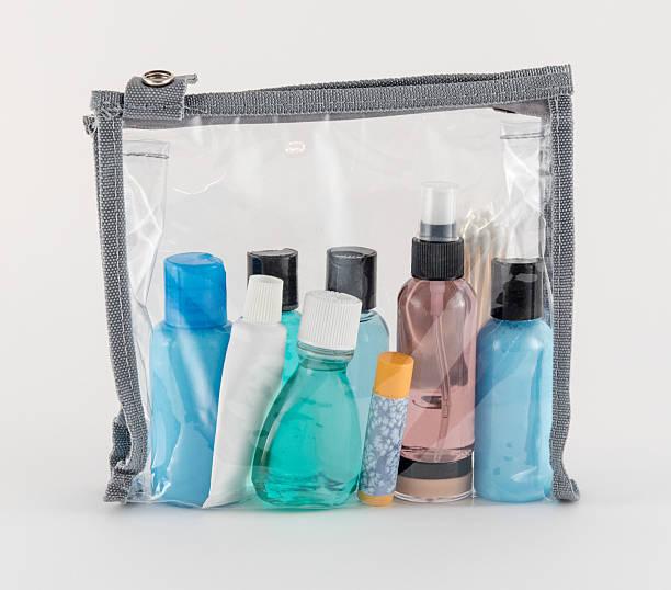 prodotti di viaggio in busta di plastica trasparente - prodotto per l'igiene personale foto e immagini stock