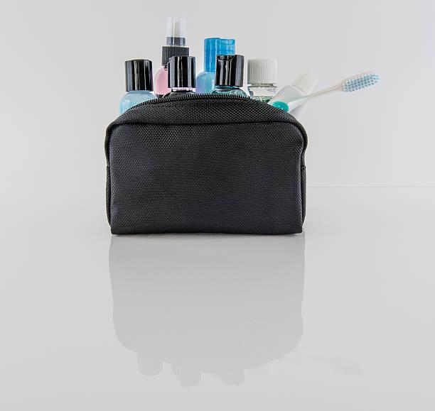 viaggio beauty case e i prodotti da bagno - prodotto per l'igiene personale foto e immagini stock