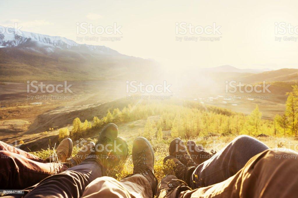 Concepto de viaje turismo amistad de patas de montañas - foto de stock