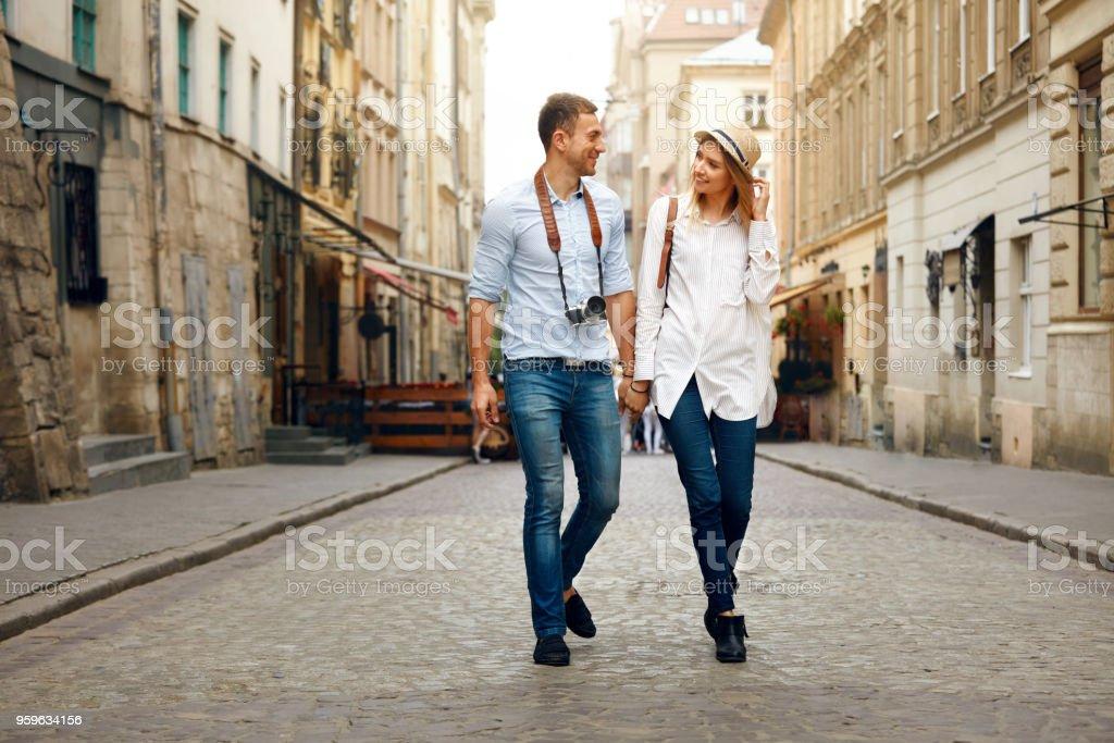 Viaje. Pareja de turistas viajando, caminando en la calle - Foto de stock de Actividad libre de derechos