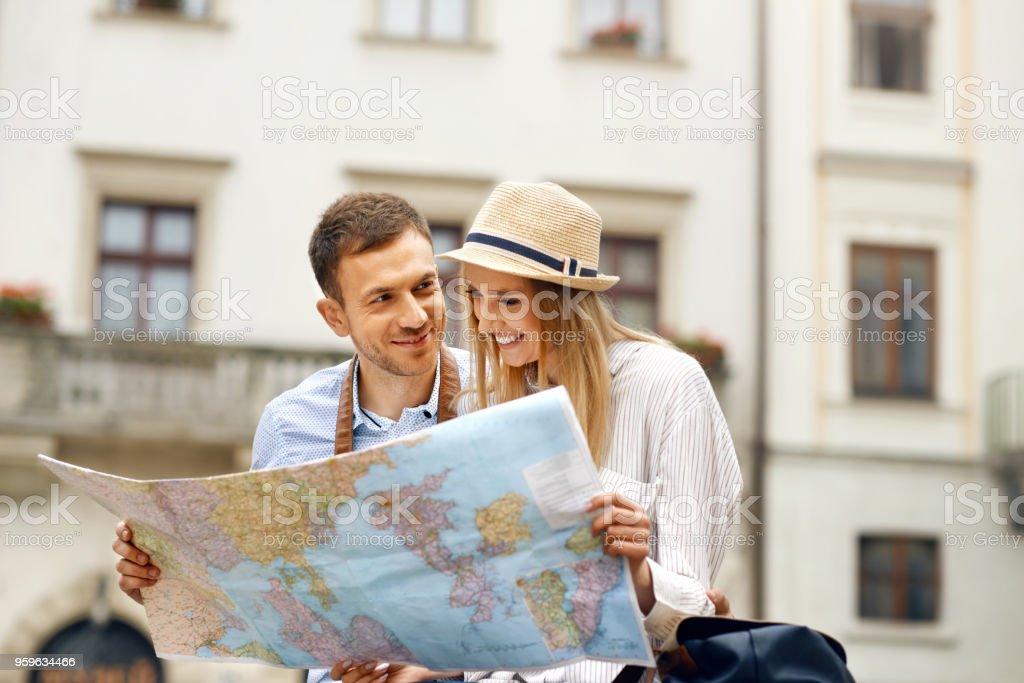 Viaje. Pareja de turistas con el mapa en la calle - Foto de stock de Actividad libre de derechos