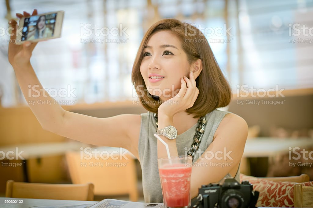 Travel tourist woman on vacation,Drinking watermelon juice smoot royaltyfri bildbanksbilder