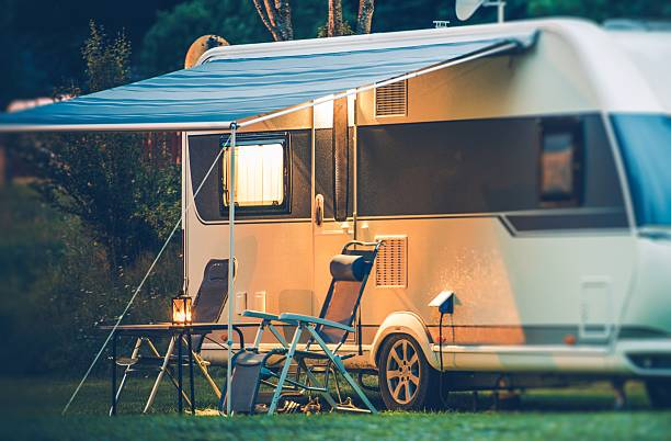 travel trailer caravaning - caravan stockfoto's en -beelden