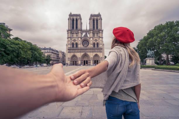 Reisen Sie mit mir nach Paris, folgen Sie mir in Konzept, Mädchen führenden Freund an die Notre-Dame de Paris – Foto