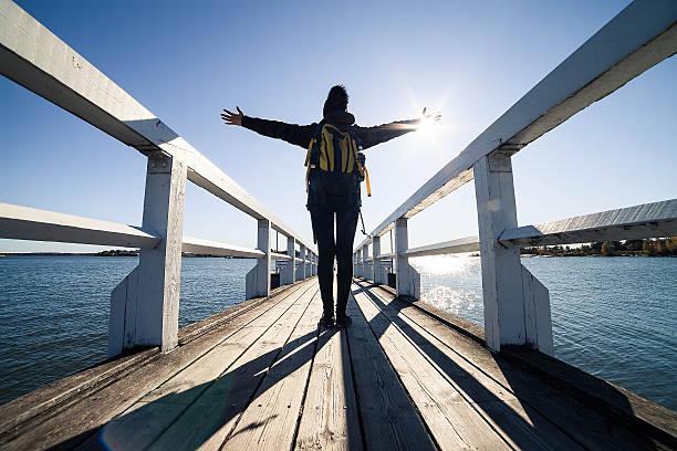 travel frau ausgestreckte arme am meer - wellness ostsee stock-fotos und bilder
