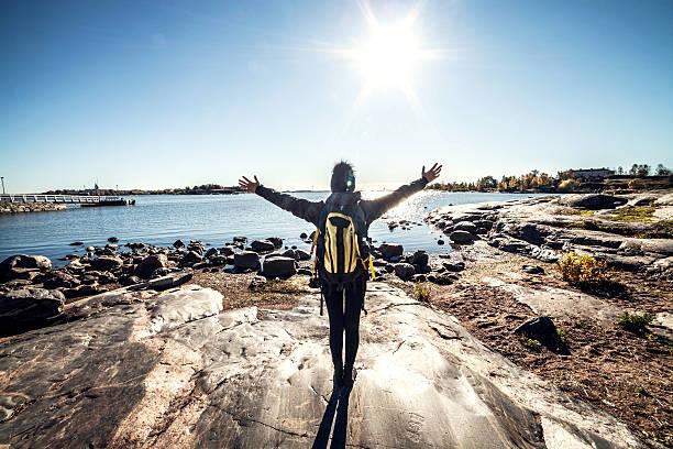 바다로 뻗은 여자 팔 여행 - 핀란드 뉴스 사진 이미지