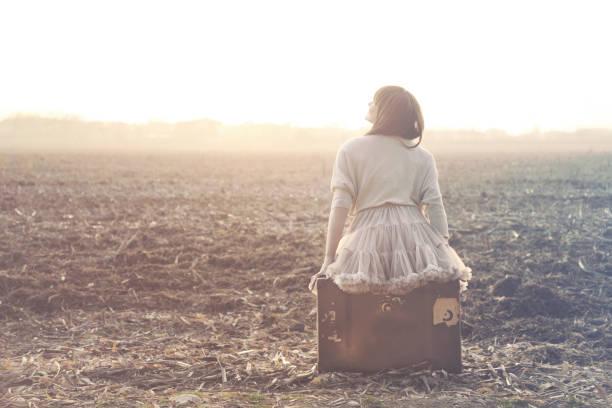 travel woman resting looking at the landscape - donna valigia solitudine foto e immagini stock