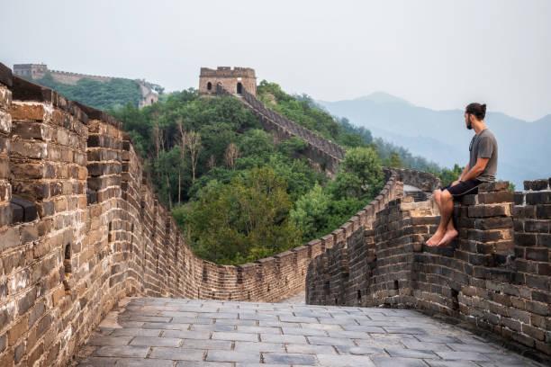reisende an der chinesischen mauer bei peking, china - chinesische mauer stock-fotos und bilder