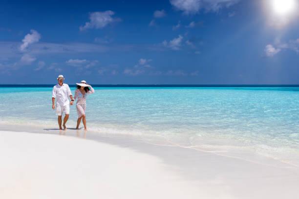 Reiseleein geht an einem tropischen Strand entlang – Foto