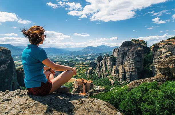 traveler enjoying the mountain landscape of meteora, greece - klosterurlaub stock-fotos und bilder