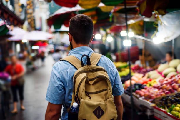 viaggiatore che esplora la strada asiatica del mercato della frutta - bazar mercato foto e immagini stock