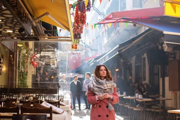 reiziger het verkennen van istanbul - i̇stiklal caddesi stockfoto's en -beelden