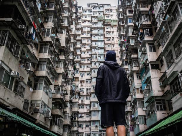 reisende erkunden die stadtlandschaft von hongkong, china, eine der am dichtesten besiedelten städte der welt - kowloon stock-fotos und bilder