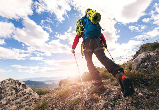 traveler feet hiking in mountains - alpinismo foto e immagini stock