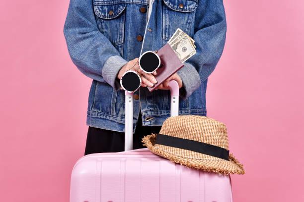 reisenden mit rosa koffer, passagier- und pass über rosa hintergrund, geld bar dokumentieren und reisen konzept. - geld schön verpacken stock-fotos und bilder