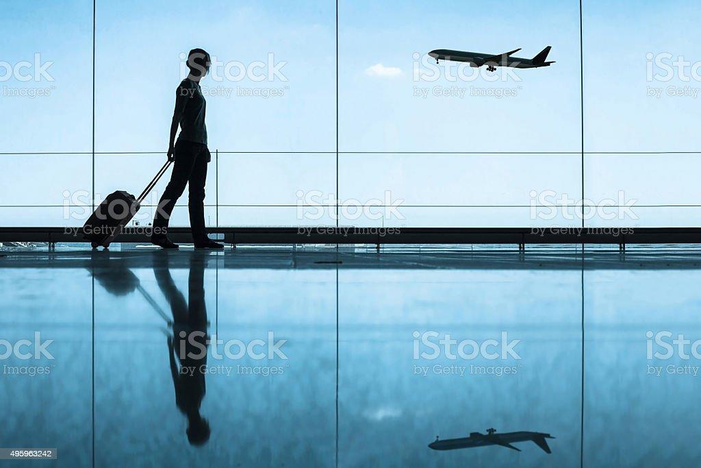 Viajero en el aeropuerto - foto de stock