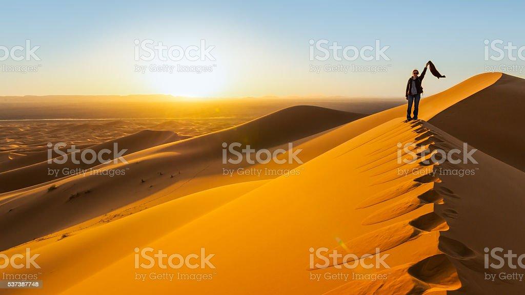 Reisende im der Wüste, aktive junge Frau trekking – Foto