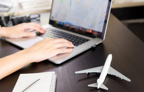 El viajero está usando el mapa GPS de Internet para planear un viaje de vacaciones - foto de stock