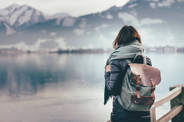 traveler looks at landscape - hipster persoon stockfoto's en -beelden