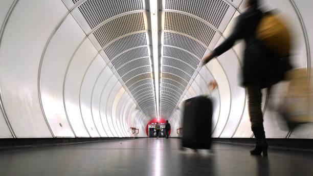 Reisender Mann am Münchner u-Bahn – Foto