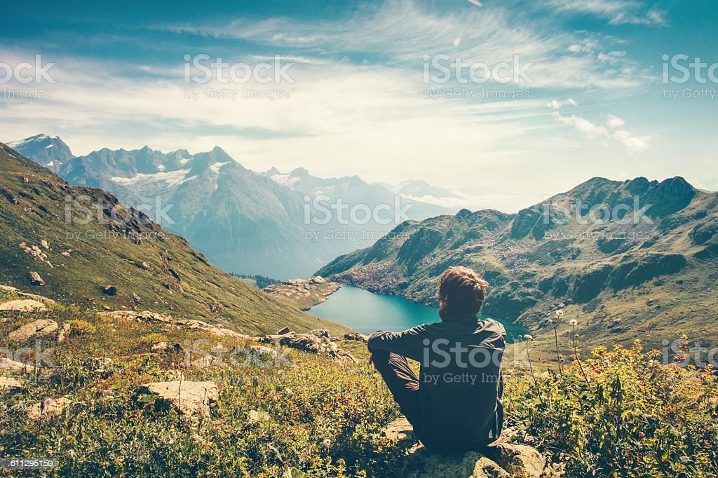 Traveler Man relaxing Travel Lifestyle mountains and lake landscape - foto de stock